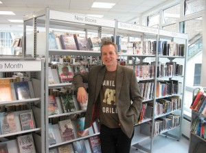 a pic of Frank Skinner in a library